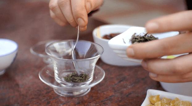 Owocowa herbata po Ujgursku. Herbata zielona ze świeżymi owocami