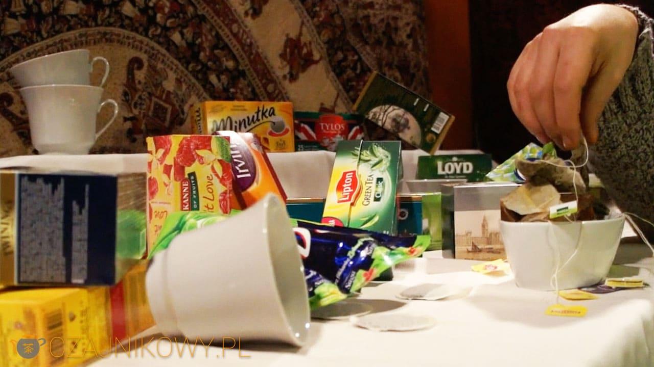Nie oszczędzaj na herbacie. Tania herbata ekspresowa zawiera niebezpiecznie dużo fluoru