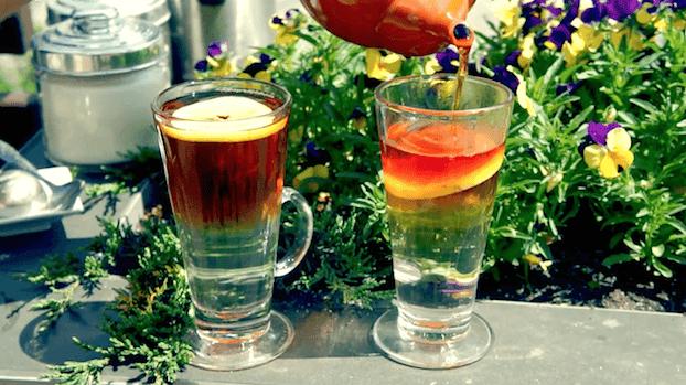 Sposób na nudną zwykłą czarną herbatę z cytryną, jak zrobić efektowną herbatę