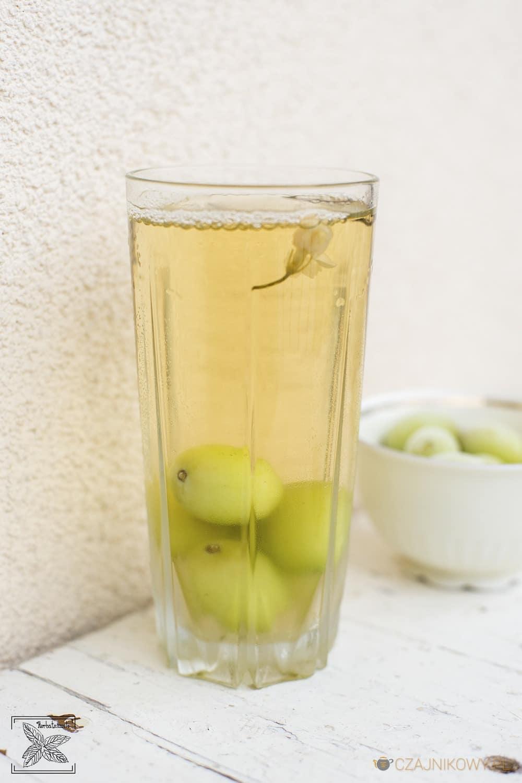 Herbata z mrożonymi owocami zamiast kostek lodu