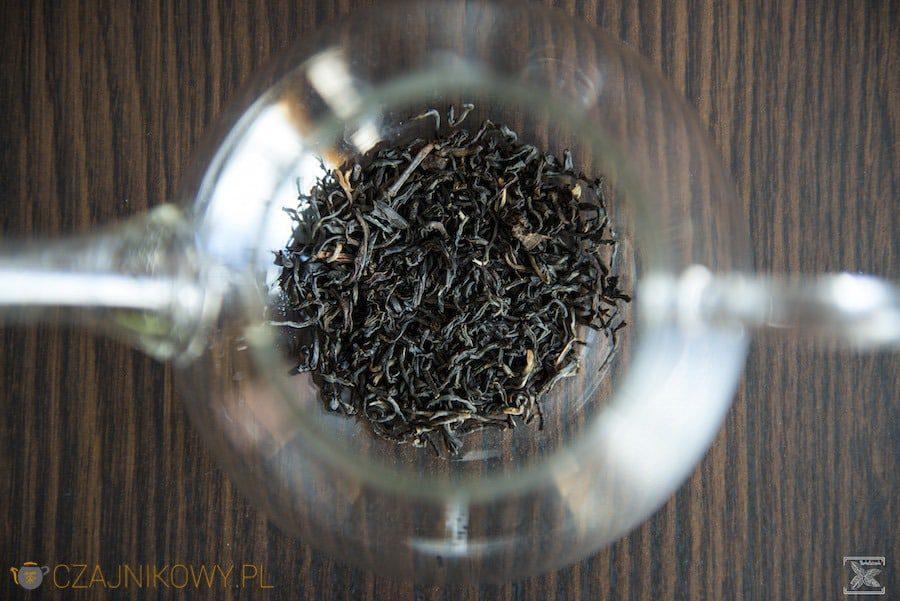 Liście herbaty Assam Hattialli w czajniku