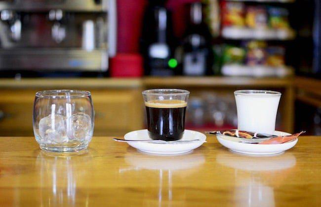 Cafe solo con hielo oraz cafe descafeinado con leche