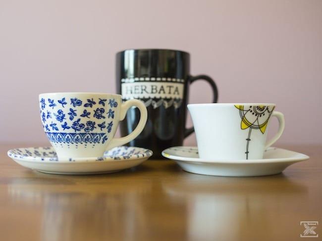 Filiżanki do kawy i tradycyjny kubek