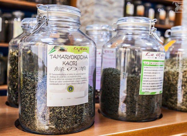Herbaty w sklepie La Ruta de Kaldi
