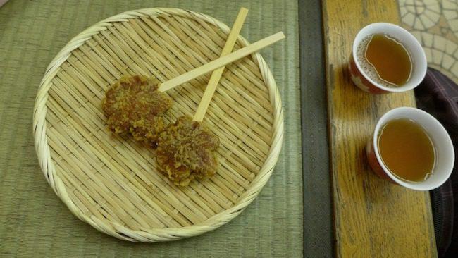 Herbata w sklepiku z tradycyjnymi słodyczami