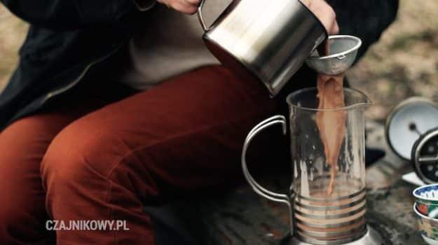 Przepis na Butter Tea: ubijanie herbaty