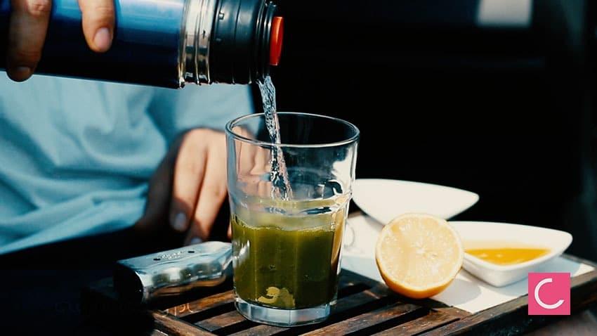 Jak zrobić samemu napój izotoniczny i napój energetyzujący, przepis: parzenie zielonej herbaty