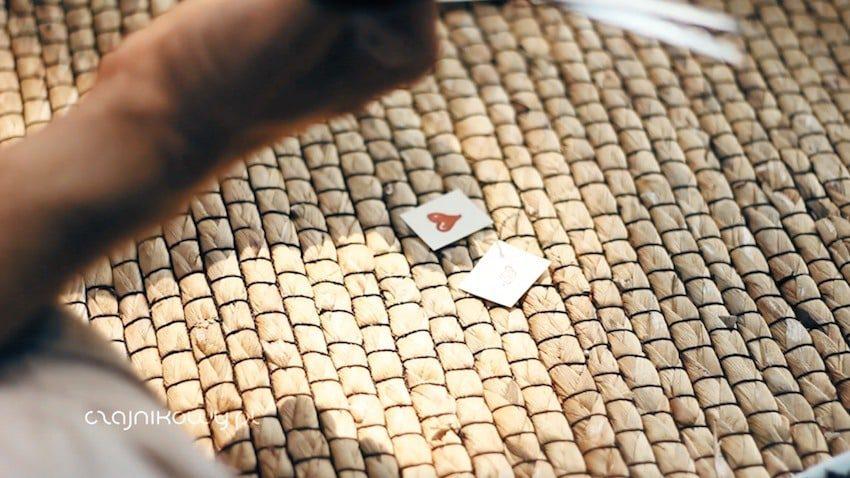 Jak zrobić herbatę ekspresową w torebkach idealną na biwak i prezent: karteczki do sznurków