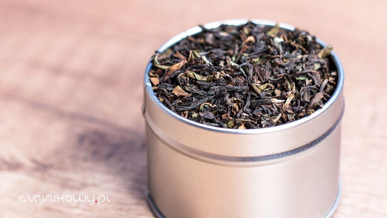 Herbata bez kofeiny jest doskonałym rozwiązaniem dla osób, które kochają herbatę, ale chcą uniknąć nadmiernego spożycia kofeiny, która naturalnie znajduje się w liściach herbaty. Wszystkie rodzaje herbaty mogą zostać pozbawione kofeiny (czarna, zielona, oolong, czerwona, biała, żółta), ale najczęściej spotyka się bezkofeinową herbatę zieloną i czarną.