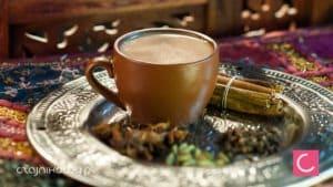 Rozgrzewająca herbata na zimę. Przepisy na zimową herbatę z cytryną, goździkami, kardamonem, imbirem; jak zrobić?