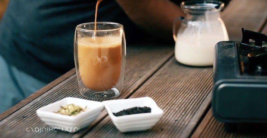 Rozgrzewająca herbata z mlekiem skondensowanym