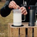 Jak dobrze spienić mleko do kawy? Czego użyć zamiast spieniacza?