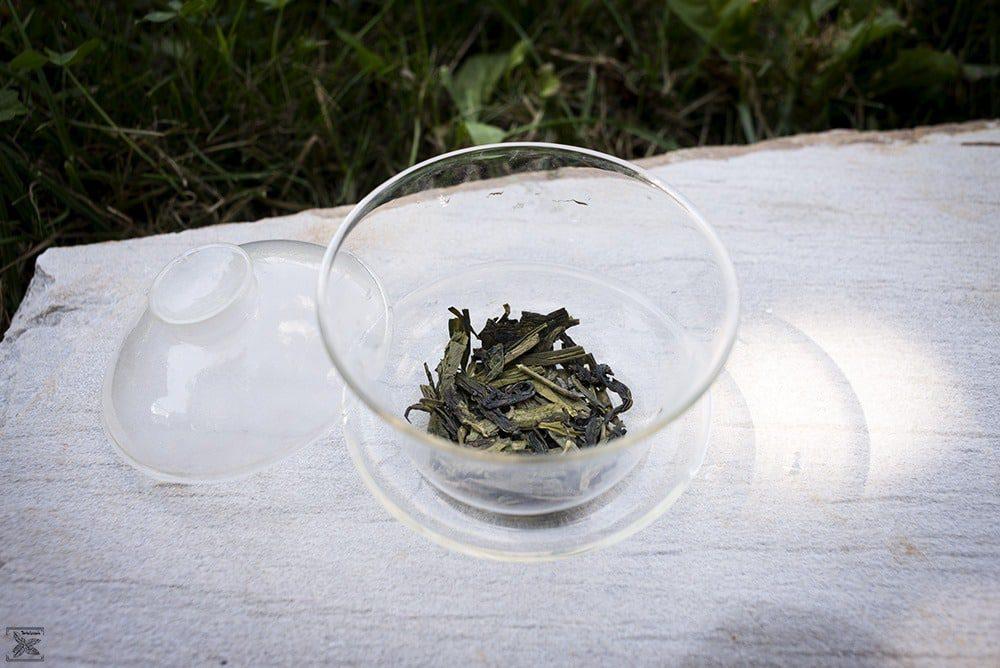 Organiczna zielona herbata LungChing: liście w szklanym gaiwanie