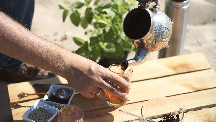 Herbata z Tunezji - przepis na miętową herbatę: mieszanie przez przelewanie