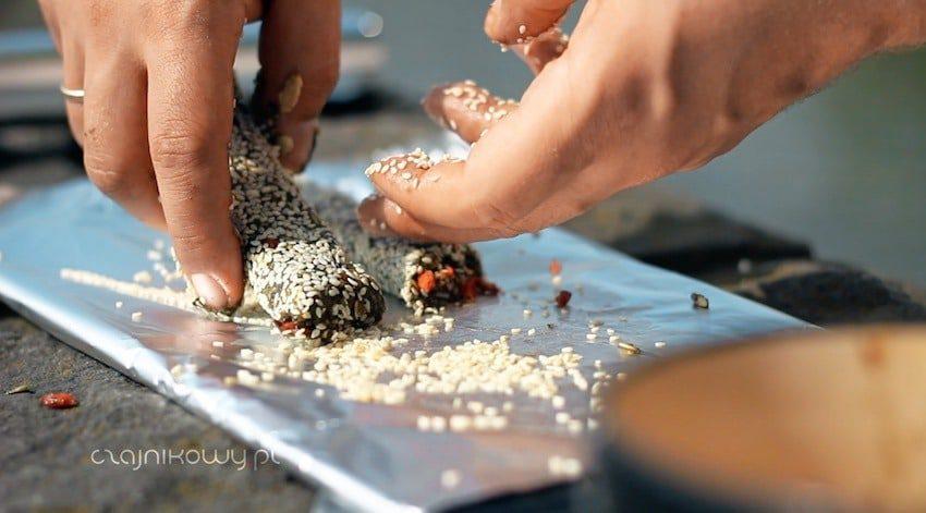 Przepis na baton energetyczny z ostrokrzewem paragwajskim: obtaczamy w sezamie