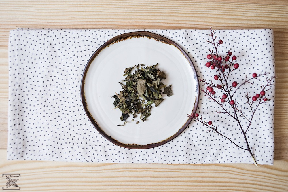 Biała wędzona herbata Pai mu tan Lapsang Fuding: liście (fusy)