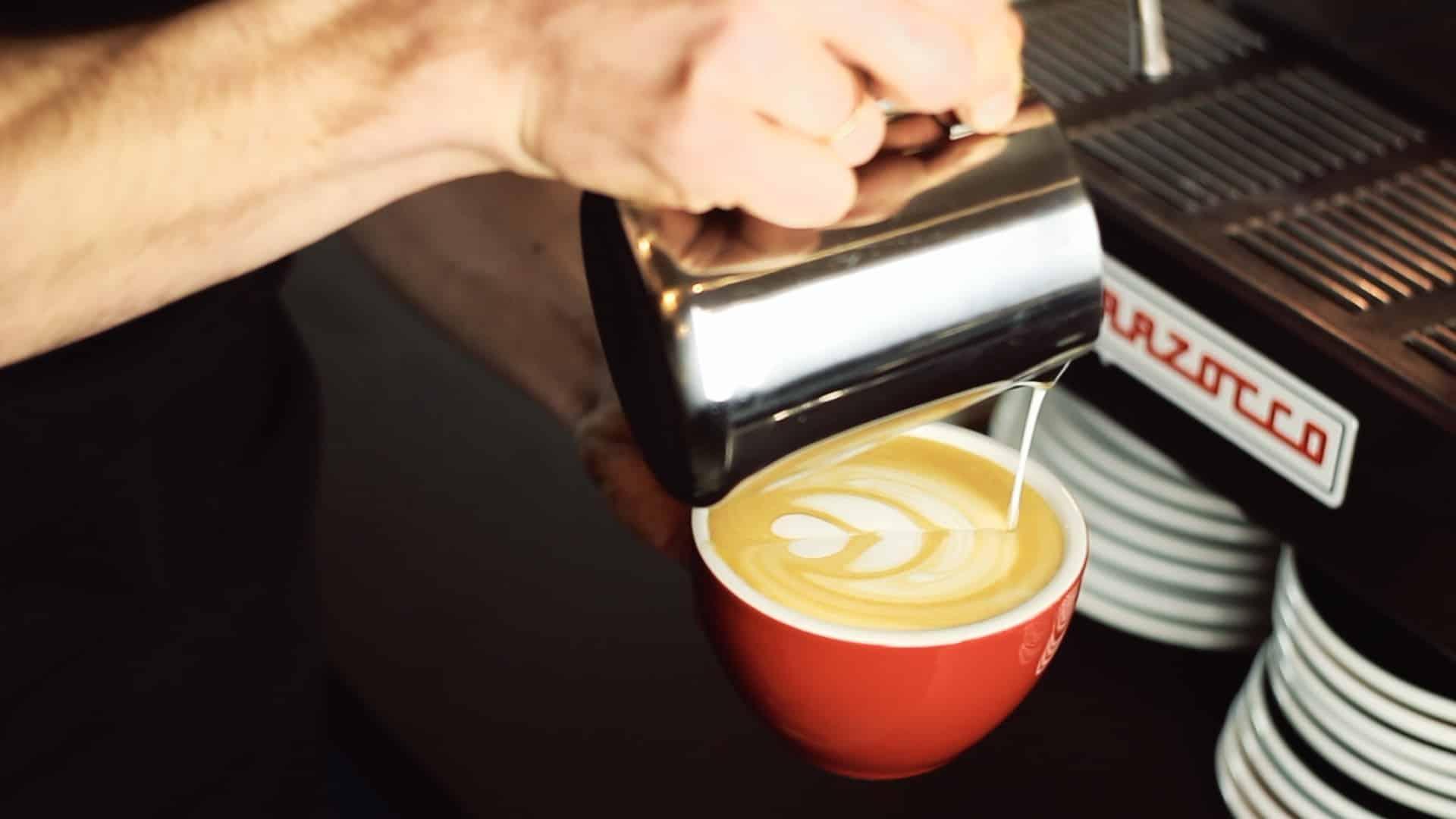 Latte art - wzory krok po kroku: tulipan