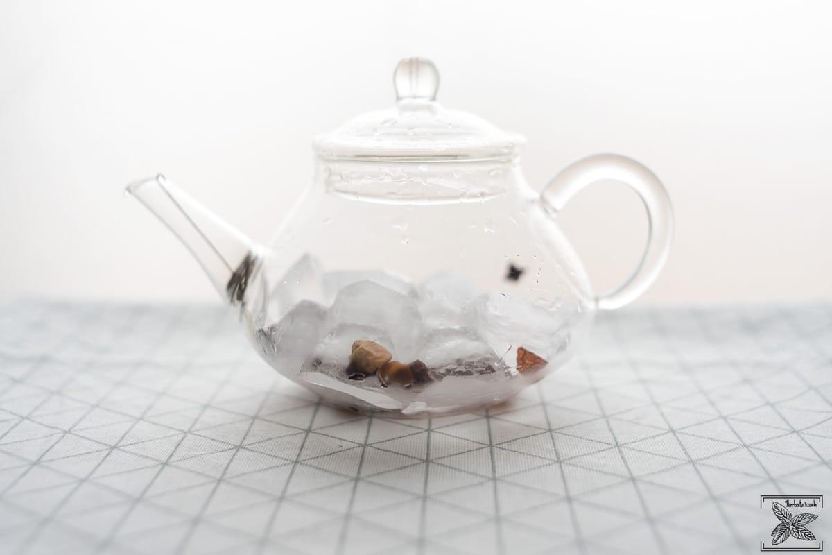 Parzenie herbaty kostkami lodu