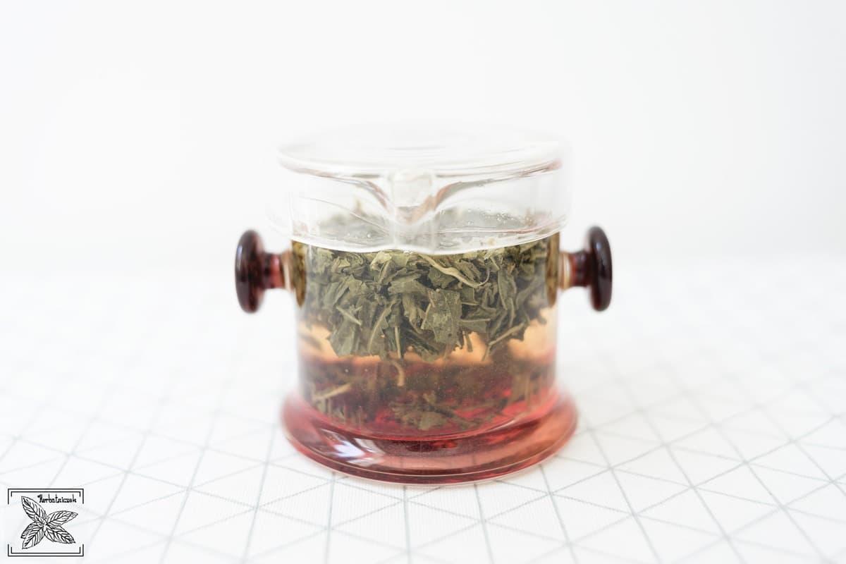 Parzenie herbaty zimną wodą