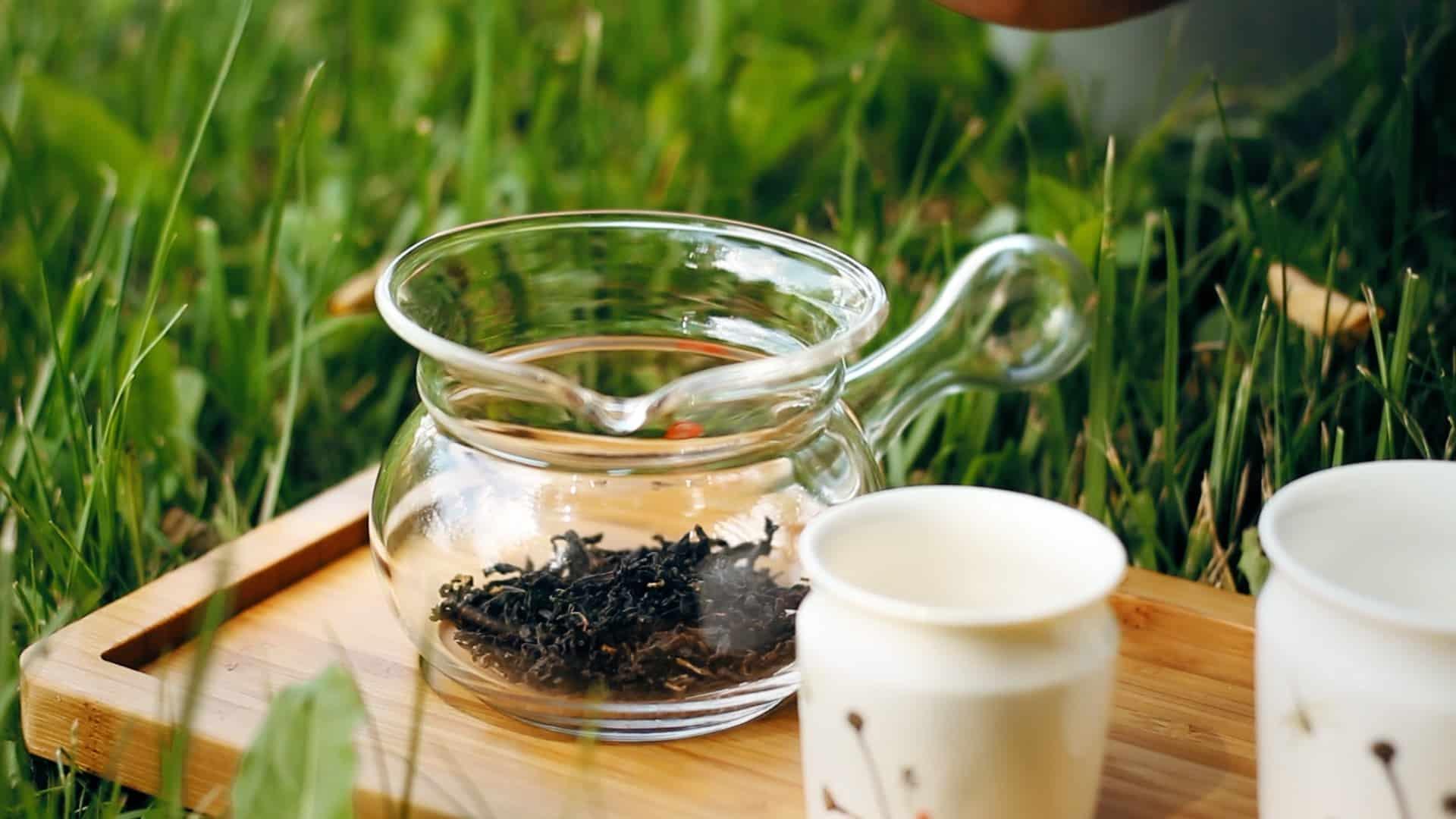 Szlachetna herbata produkowana z udziałem koników polnych: liście