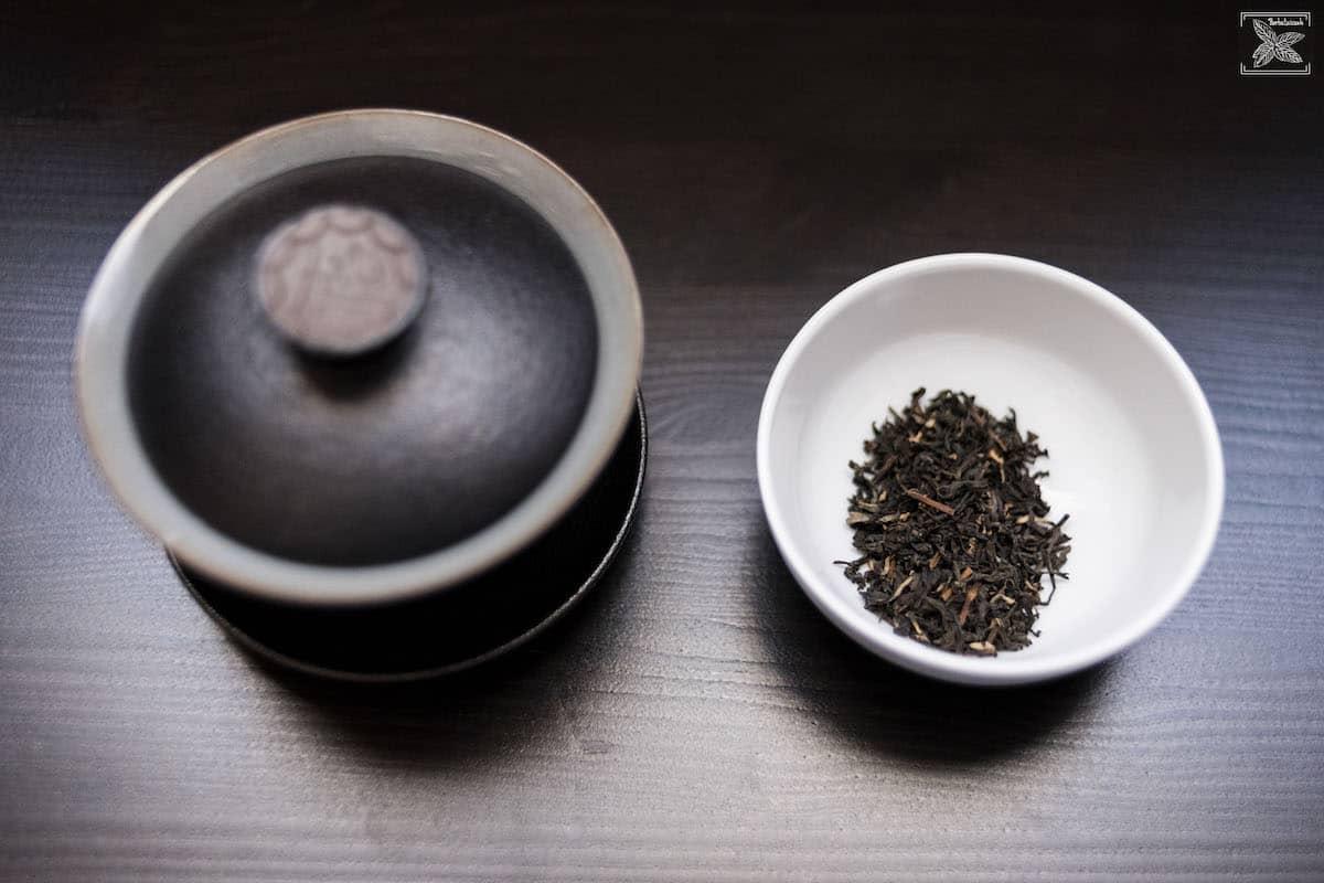 Herbata Vietnam Golden Tippy organiczna: liście i gaiwan