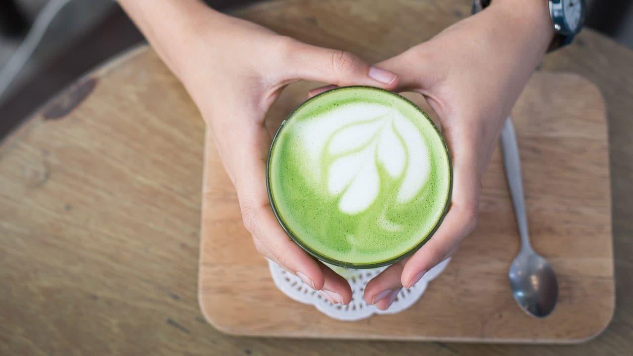 Przepis na letni odżywczy koktajl z herbatą Matcha